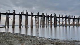 Bro för U Bein på skymning Amarapura Mandalay region myanmar Arkivbild