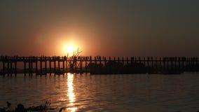 Bro för U Bein på solnedgången i Amarapura, Laos lager videofilmer