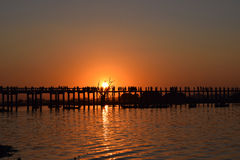 Bro för U Bein på solnedgången i Amarapura, Mandalay, Myanmar royaltyfri bild