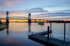 Bro för uddeskräckflod på solnedgången Arkivfoton