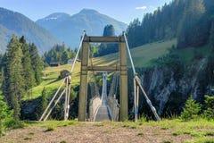 Bro för upphängning för Österrike ` s längst fot- i den Holzgau bron Fotografering för Bildbyråer