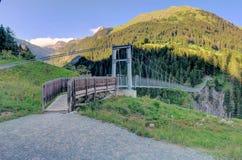 Bro för upphängning för Österrike ` s längst fot- i den Holzgau bron Arkivfoton