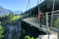 Bro för upphängning för Österrike ` s längst fot- i den Holzgau bron Arkivbild