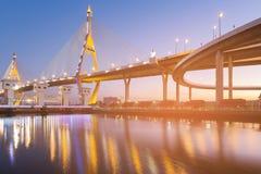 Bro för upphängning två med vattenreflexion fotografering för bildbyråer