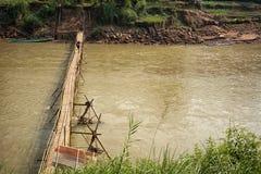 Bro från bambu över floden Fotografering för Bildbyråer