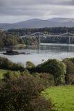 Bro i Anglesy Wales med floden och berg Royaltyfria Bilder