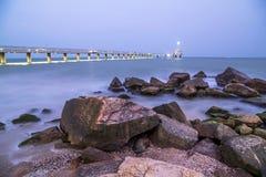 Bro i Burgas på natten fotografering för bildbyråer