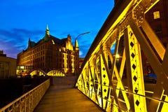 Bro i den historiska Speicherstadten (lagerområde) i Hamburg Fotografering för Bildbyråer
