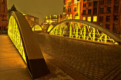Bro i den historiska Speicherstadten (lagerområde) i Hamburg Arkivfoton