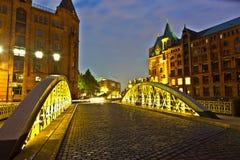 Bro i den historiska Speicherstadten (lagerområde) i Hamburg Arkivbilder