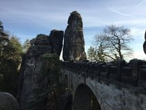 Bro i den saxiska Schweiz Tyskland Sachsen royaltyfri bild