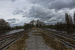 Bro i en övergiven industriområde Arkivbild