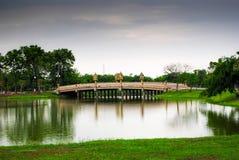Bro i en park Royaltyfria Bilder