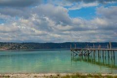 Bro i en sjö fotografering för bildbyråer