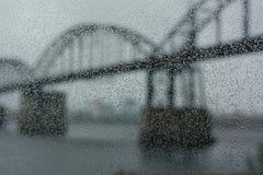 Bro i ett regn Arkivbild