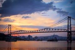 Bro i Florianopolis på solnedgången Arkivfoton