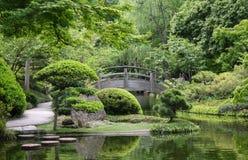 Bro i japanträdgård Royaltyfri Bild
