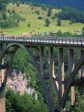 Bro i mitt av berg Arkivfoto