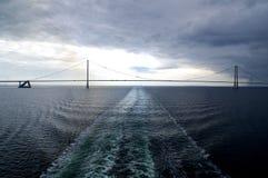 Bro i mitt av havet royaltyfria foton