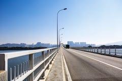 Bro i modern stad Royaltyfri Bild