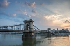 Bro i morgonen på flodDonauen Arkivbilder