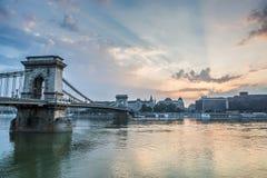 Bro i morgonen på flodDonauen Arkivbild