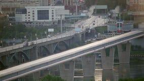 Bro i sommarsoluppgångmorgonen arkivfilmer