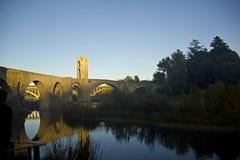 Bro i staden av Besalu (Catalonia, Spanien) Arkivbild