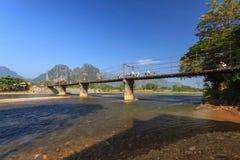 Bro i Vang Vieng Arkivfoto