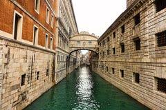 Bro i Venedig med vatten Royaltyfri Fotografi