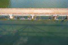 Bro längs en dammbyggnad i solljus Royaltyfri Fotografi