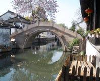 Bro med bågen reflekterad i en flod Royaltyfri Foto