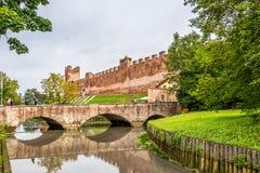 Bro med befästningen av Castelfranco Royaltyfria Foton