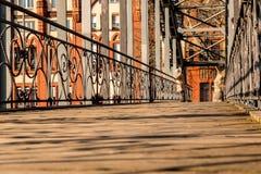 Bro med byggnad i bakgrund arkivbilder