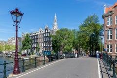 Bro med den traditionella lyktan över den Amsterdam kanalen, Nederländerna Arkivbilder