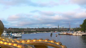 Bro med kronan till den Skeppsholmen ön, Stockholm, Sverige lager videofilmer