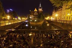Bro med lås på natten Royaltyfri Foto