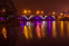 Bro med reflexion i vattnet på natten Royaltyfri Bild