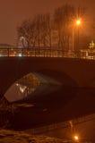 Bro med reflexion i vattnet på natten Arkivfoton