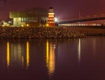 Bro med reflexion i vattnet på natten Arkivbild