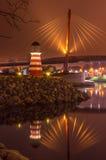 Bro med reflexion i vattnet på natten Arkivfoto