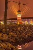 Bro med reflexion i vattnet på natten Royaltyfri Foto