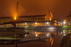 Bro med reflexion i vattnet på natten Royaltyfria Bilder