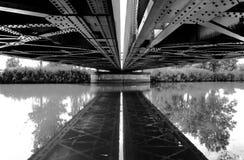 Bro med reflexion på vattnet Royaltyfria Foton