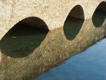 Bro med reflexioner Arkivbild