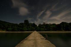 Bro med stjärnklar himmel Royaltyfri Bild