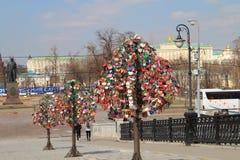 Bro med träd för att gifta sig lås i Moskva royaltyfri fotografi