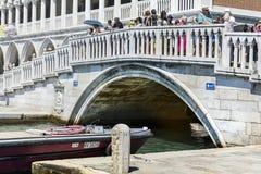 Bro med turister i Venedig, Italien Royaltyfri Bild