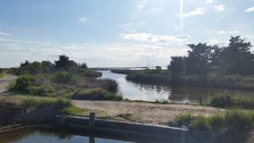 Bro med vatten Arkivfoton