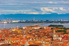Bro mellan ön och Venedig Mestre, Italien Arkivfoto